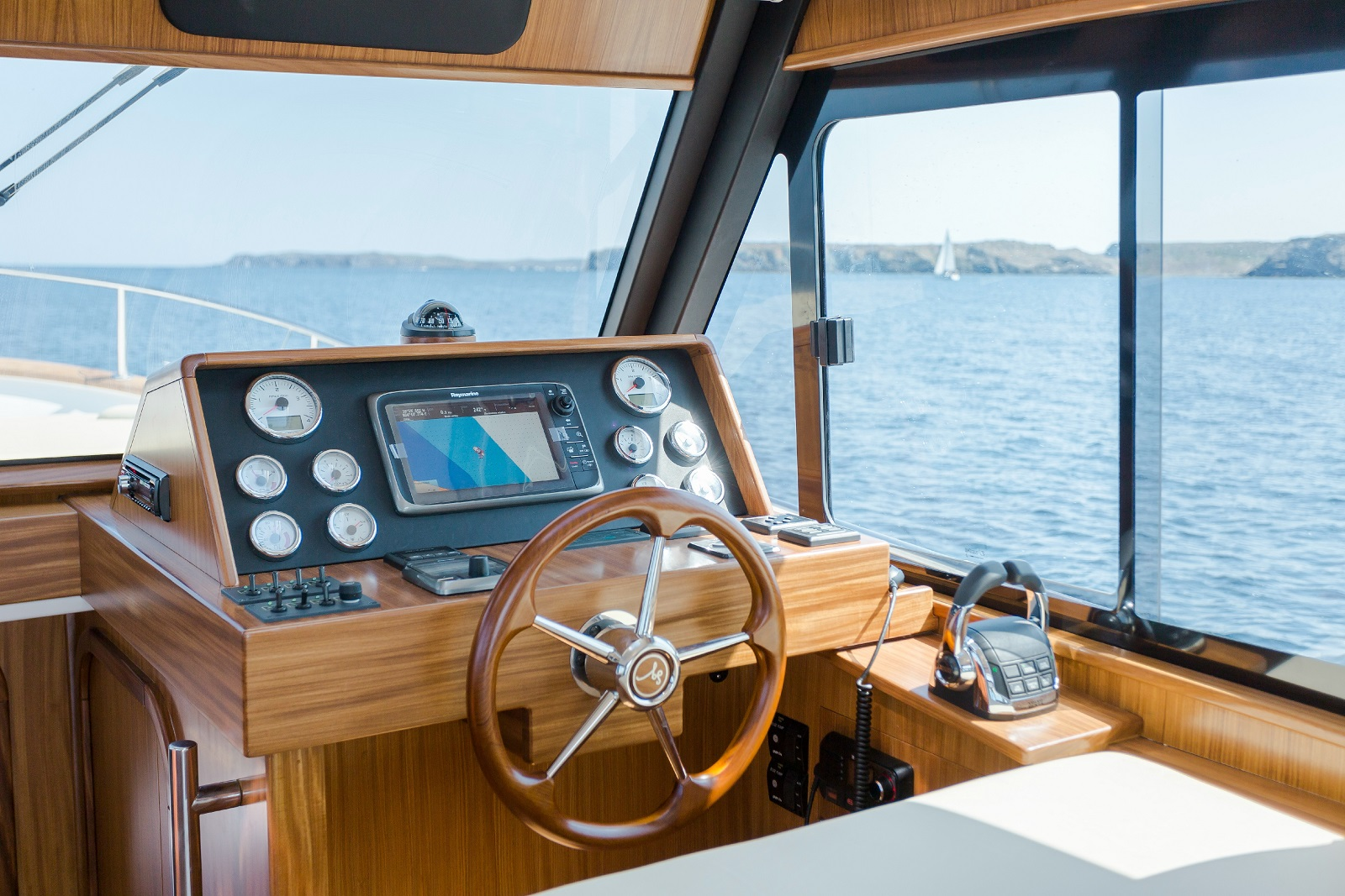 Minorca Islander 34 for sale - helm
